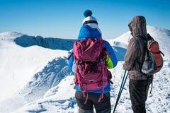 走在多雪的山的女孩 免版税库存照片