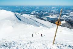 走在多雪的山的小组 库存照片