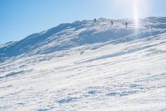 走在多雪的山的小组 免版税库存照片
