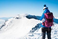 走在多雪的山的杨妇女 免版税库存照片