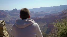 走在大峡谷的人 股票视频