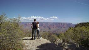 走在大峡谷的年轻夫妇 股票录像