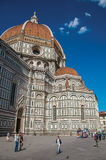 走在大教堂圣玛丽亚del菲奥雷旁边的观点的人 免版税库存图片
