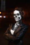 走在大道的少妇 万圣夜党的面孔艺术 街道画象 腰部 夜城市背景 免版税库存照片
