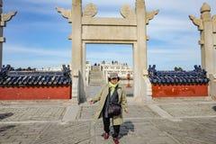 走在天坛或天坛的资深亚裔妇女画象照片中国名字的在北京市 免版税库存照片