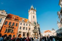 走在天文学时钟附近的人们在布拉格 免版税库存照片