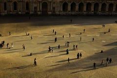 走在天窗,巴黎,法国的游人 免版税库存图片