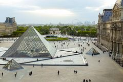 走在天窗,转盘凯旋门,巴黎,法国的游人 库存图片