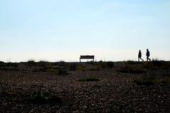 走在天际的Pebble海滩和无法认出的人 库存照片