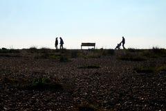 走在天际的Pebble海滩和无法认出的人 库存图片