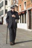 走在威尼斯的优等的老人。 免版税库存图片