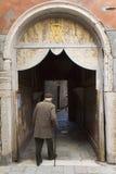 走在威尼斯的老人 图库摄影