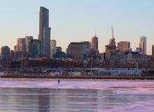 走在安大略湖的冰的人在冬天 库存照片