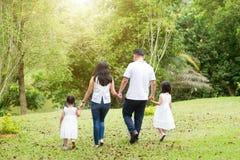 走在室外公园,后面看法的亚洲家庭 免版税库存图片