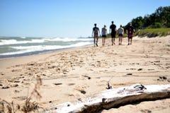 走在密歇根湖-印第安纳沙丘国家公园海岸线  免版税库存图片