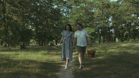 走在小径的快乐的怀孕的夫妇在公园 股票录像