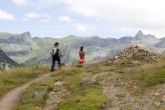 走在山的上流的两个女孩 免版税库存照片
