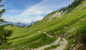 走在山的两个妇女远足者 免版税图库摄影