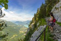 走在山的两名远足者妇女 免版税库存图片