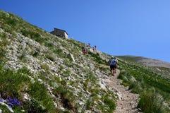 走在山的人们 库存照片
