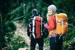 走在山的夫妇远足者 免版税库存照片