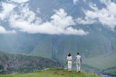 走在山的夫妇 免版税库存图片