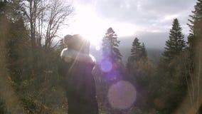 走在山的慢mo秋天森林的女孩 股票录像