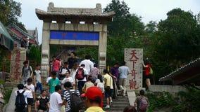 走在山石头的游人跨步,中国古老大厦曲拱 股票视频