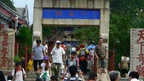 走在山石头的游人跨步,中国古老大厦曲拱 影视素材