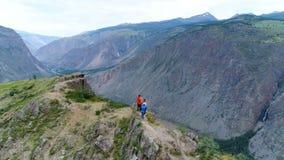走在山空中慢动作4k顶部的小组远足者 影视素材