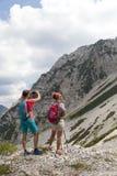 走在山自然风景的远足和拍照片的远足者 免版税库存图片