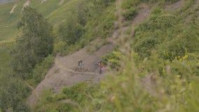 走在山行迹的旅游人民,当夏天高涨时 影视素材