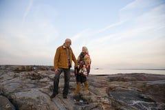 走在岩石的成熟夫妇 免版税库存图片