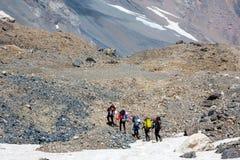 走在岩石道路的小组远足者 库存图片