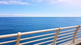 走在巡航上甲板,干净的蓝色海,生态概念的游人POV 免版税库存图片