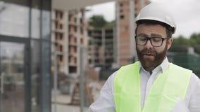 走在工地工作和分析计划项目计划的建筑师人 外面,慢动作 股票录像