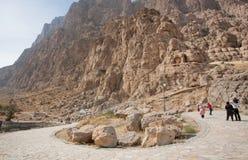走在巨型的山附近的人们在沙漠谷停放 免版税库存照片