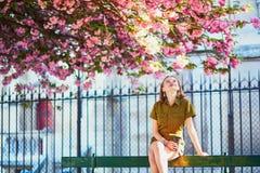 走在巴黎的妇女在一个春日 免版税库存图片