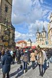 走在布拉格的人们 库存照片