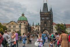 走在布拉格著名查尔斯桥梁的游人  免版税库存照片