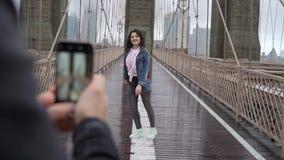 走在布鲁克林大桥的年轻夫妇 股票视频