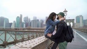 走在布鲁克林大桥的年轻夫妇 股票录像