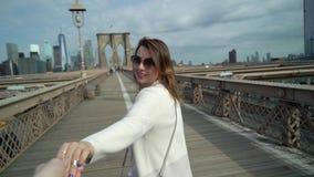 走在布鲁克林大桥的年轻夫妇 影视素材