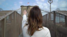 走在布鲁克林大桥的年轻女人 股票录像