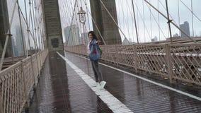 走在布鲁克林大桥的年轻女人 影视素材