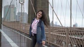 走在布鲁克林大桥的年轻女人 股票视频