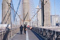 走在布鲁克林大桥纽约 免版税图库摄影