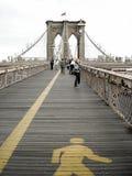 走在布鲁克林大桥 库存图片