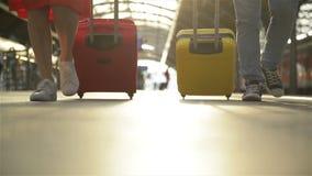 走在带着手提箱的平台乘客的脚 走沿平台的年轻夫妇到火车与 股票视频
