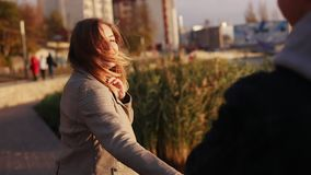 走在平衡的城市,握手和微笑对照相机的愉快的夫妇 股票视频